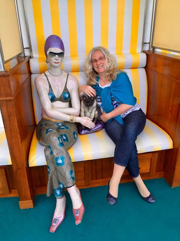 Vivien Manazon - AIDA Cruises Dame mit Mops - Setzen Sie Ihre Kunden gekonnt in Szene